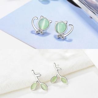 [GIN FOR FREE SHIPPING] Cute Solid 925 Sterling Silver Green Opal Cat Ear Stud Earrings