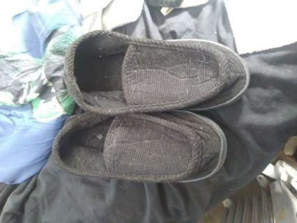Men's size 11/12 slippers in Black