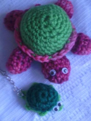 No Sew Turtle Keychain pattern by Nina Valovirta - Ravelry | 426x320