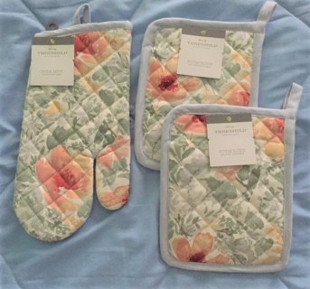 THRESHOLD KITCHEN SET ONE OVEN MITT TWO POTHOLDERS AND ONE APRON NEW