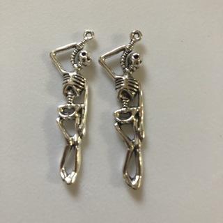 2 Hanging Skeletons