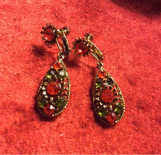 Vintage Christmas Screw Back Dangle Earrings! Read Auction.