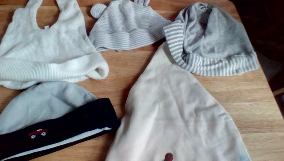 5 Size (0-6) Months Hats: GUC