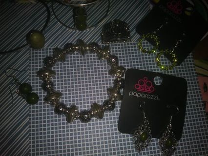 ❇Jewlery lot ❇Green bracelets and earrings and more Read description
