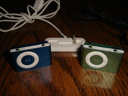 2 APPLE IPOD Shuffle MODEL A1204 W Apple Charger