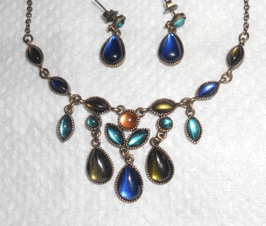 VINTAGE AVON NECKLACE & EARRINGS IN BOX - VALENTINE GIFT