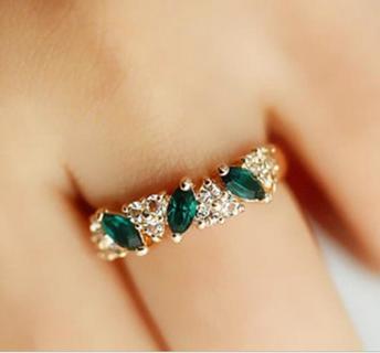 Cute Retro Vintage Looking Emerald Crystal Ring!
