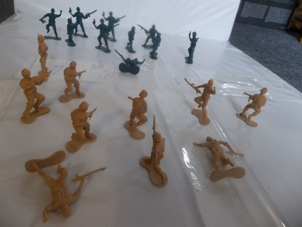 2 Sets of 20 Plastic Army Soldiers