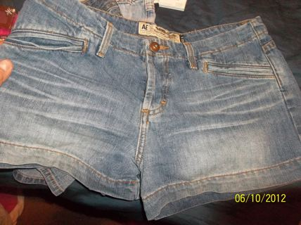 AMERICAN EAGLE SHORTS SIZE 6 IN WOMENS OR JUNIORS