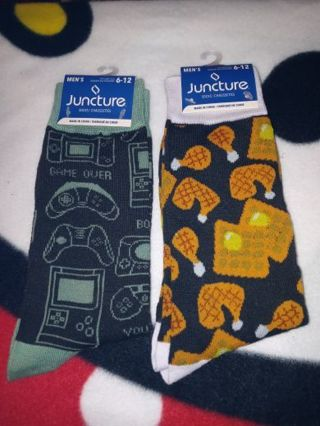 ◈✨◈✨◈2 BRAND NEW PAIR OF MEN'S NOVELTY CREW SOCKS◈✨◈✨◈(GAMER AND CHICKEN & WAFFLES)