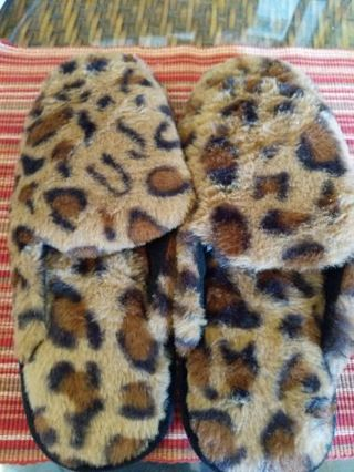 Women's leopard slippers a large (9-10)