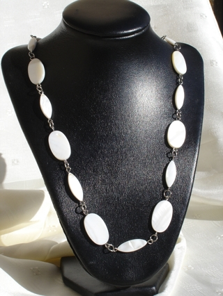 WHITE/BEIGE MOTHER OF PEARL NECKLACE