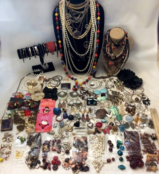 OVER ***SIX (6)*** POUNDS OF Vintage & Modern JEWELRY LOT, FOR CRAFTS & WEAR!!!! DON'T MISS!!!