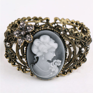 [GIN FOR FREE SHIPPING] Carved Cameo Queen Bangle Bronze Bracelet Rhinestone