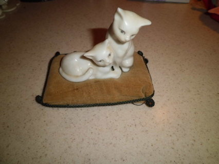 VINTAGE ENESCO  PR OF PORCELAIN CATS ON VELVET CUSHION GREAT COND FREE SHIPPING!