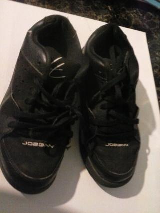 boys black and white jordan tennis shoes