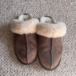 Ugg slippers for women size 8 / Shipping is $3.50 :)