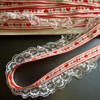 One yard adorable vintage 80s woven trim with hearts and ruffled lace - 3 yds with GiN!