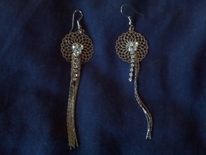 ♦ BRAND NEW ! ♦ROUND  DANGLY /  SILVER TONED  PIERCED EARRINGS !!!