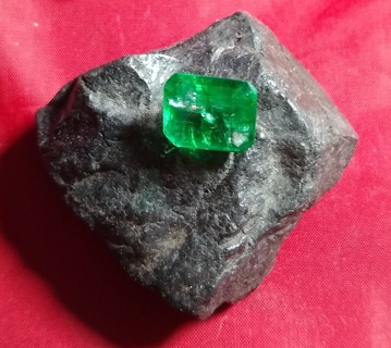 EMERALD NATURAL FROM ZAMBIA HUGE 11.24 CARATS AND 12X16 MM IN SIZE FANTASTIC STEAL OF A DEAL LOOK