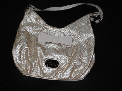 29fdb936ad WOMEN S GENTLY USED XOXO PURSE SHORT STRAP PEARL WITH A LIGHT PEACH TONE  BOW DETAIL PAYPAL