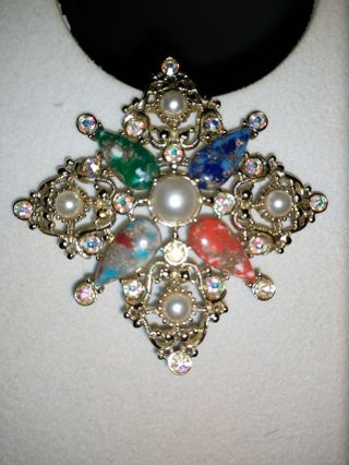 NWT Gorgeous Sarah Coventry collectible vintage brooch. Excellent condition!