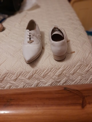 +++LOW GIN+++LIKE NEW VERY PRETTY DRESSY WHITE PAIR SHOES SIZE 7