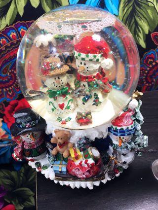 """THE SNOW FALLS"" Musical Christmas Xmas Holiday Snow Globe GOTTA GETTA GUN INC Figure Statue Decor"