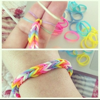 Free diy rubber band fishtail bracelet without loom for Rubber band crafts without loom