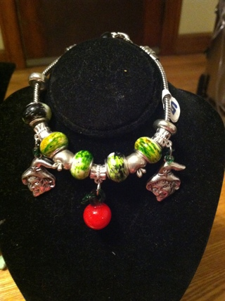 WITCHS, DANGLE APPLES, RED LEATHER, GREEN .925 BEADS BRACELET