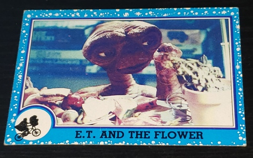 1982 E.T. – ❤️ The Extra-Terrestrial ❤️ Trading Card #18 – E.T. And The Flower