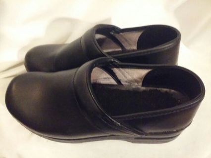 """Nice Dansko Leather Clogs Size 39/9 Womens"""