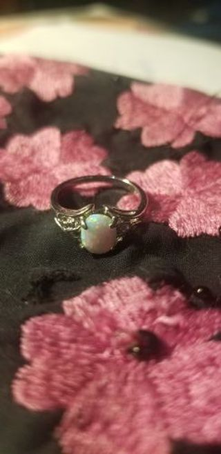 ♡♡♡ Ladies Sterling Silver Opal Ring. Stamped * Size 5 1/4. ♡♡♡♡♡♡♡♡