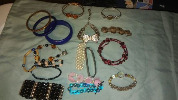 Many bracelets for the HOLIDAY TIMES.
