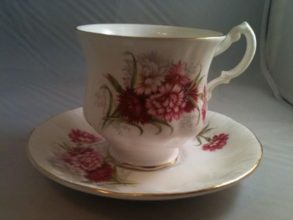 Gorgeous Queen Anne Fine Bone China Gold trimmed England cup & saucer