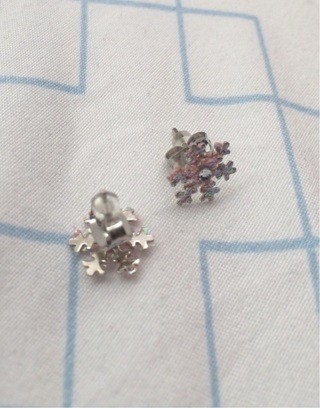 Brand new snowflake never worn sparkly earrings
