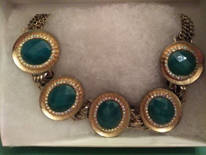 ** BEAUTIFUL VINTAGE GOLD NECKLACE WITH JADE COLORED GEMS**