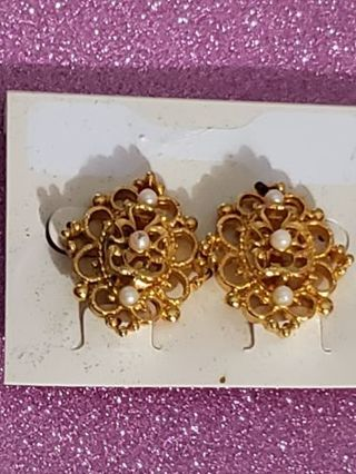Vtg Goldtone With Pearl Like Stone Clip On Earrings