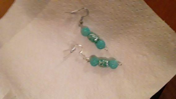 1 pair of pierced earrings