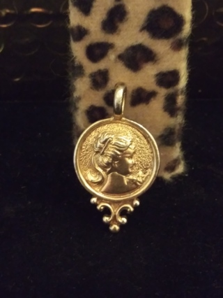 **BEAUTIFUL VINTAGE GOLD PLATED CAMEO PENDANT**