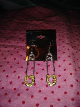 ❤✨❤✨❤BRAND NEW PAIR OF SILVERTONE & YELLOW RHINESTONES SAFETY PIN EARRINGS❤✨❤✨❤