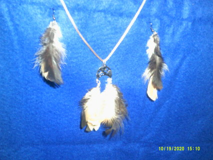 A REALLY PRETTY FEATHER NECKLESS & EARRINGS