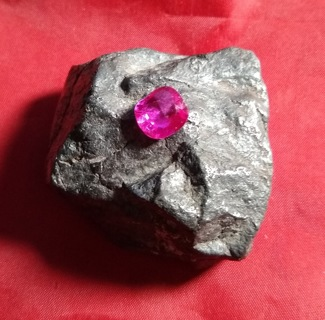 SAPPHIRE PINK BIG AND 100% NATURAL 4.92 CARATS GEMSTONE DOES HAVE A FEW INCLUSIONS AND CUT IS FAIR.