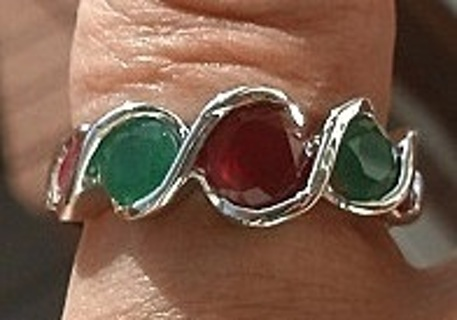 STRIKING STERLING SILVER RUBY AND EMERALD RING SZ 7 W/BOX FREE SHIP! FREE GIFT!