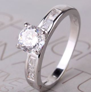 Gorgeous Women's Ring With White Sapphire Gemstones Size 8 18kt WG Filled