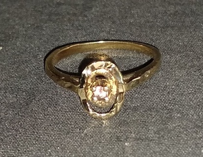 RING SOLID GOLD TESTED AND MARKED WITH PINK SAPPHIRE IN MIDDLE SIZE 6