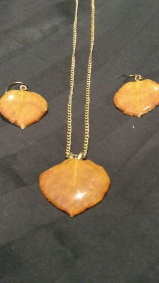 Vintage Stunning Gold Tone leave Necklace & Earrings