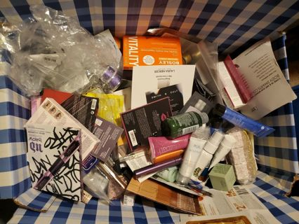 Lot of 12 High End Beauty Samples!! Free Makeup Bag!  And Tiered!