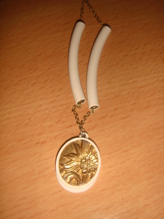 Vintage gold coin type flower pendant with white beads estate gold chain