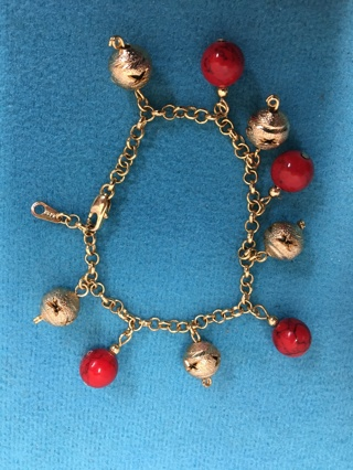 "562   7 1/4"" GOLD TONE CHAIN BRACELET RED AND GOLD DANGLE BEADS 8KG"